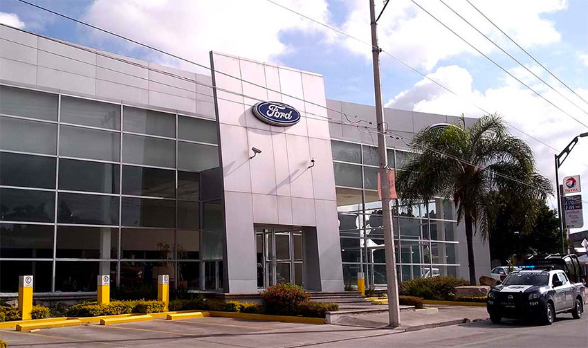 Celaya Ford dealership remains closed after a commando attack.