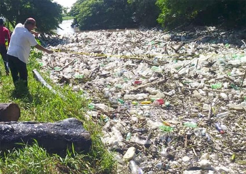 The garbage-choked Río Blanco in Veracruz.