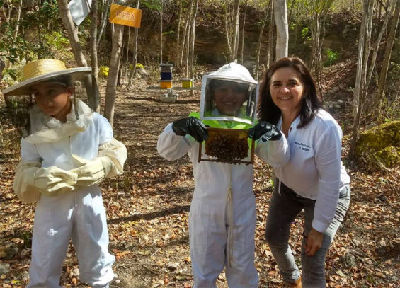 Ortiz, right, and Yucatán beekeepers.