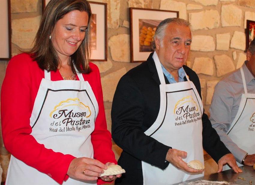 Ambassador Robertson and Tourism Secretary Torruco make pasties in Real de Monte.