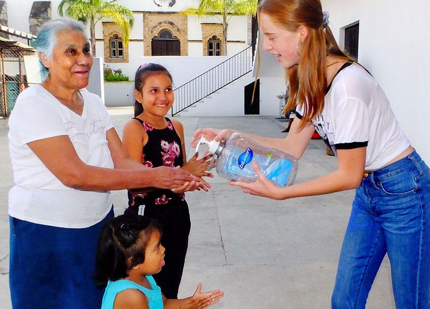 Teenager Natalie Martínez heads a student-volunteer group.
