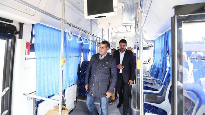 Governor Rodríguez inspects one of the Golden star buses.