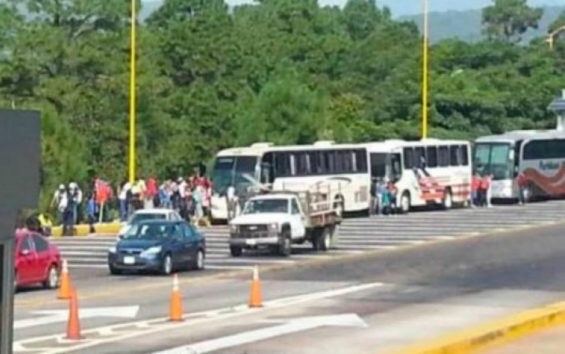Students help themselves to vehicles on the Morelia-Pátzcuaro highway.