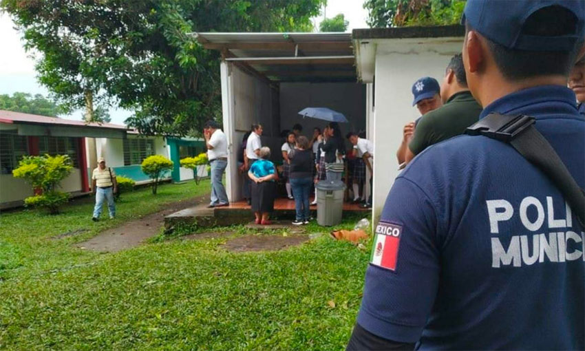 Police attend the robbery of a Chiapas secondary school.