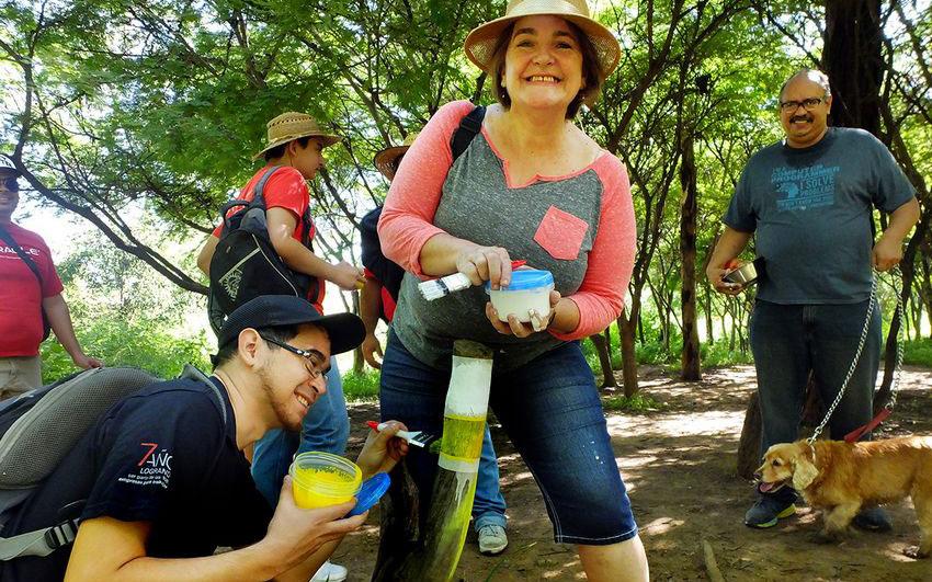 Senderos de México volunteers marking a trail in Centinela Park, Guadalajara.