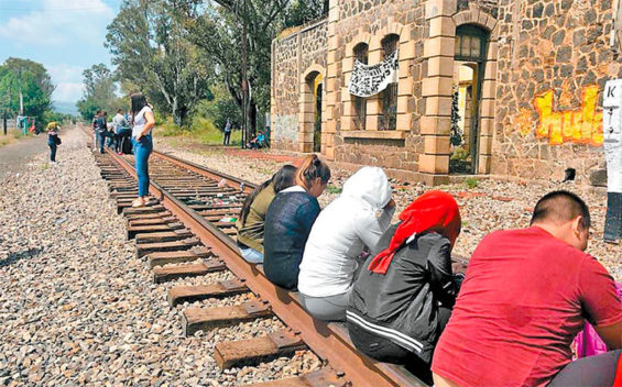 Students block trains in Michoacán.