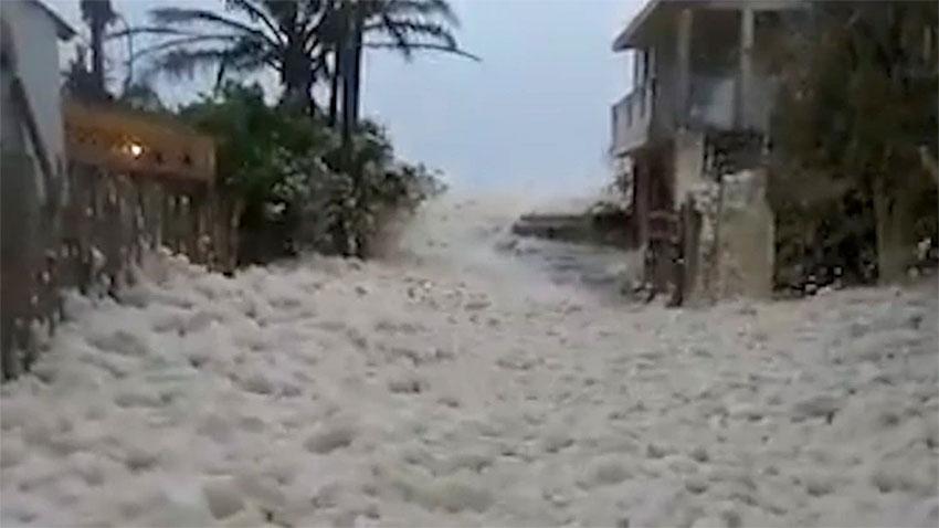 Sea foam invades Villas Sánchez Magallanes in Tabasco.
