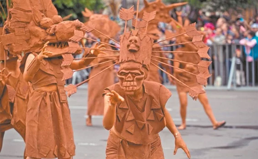 'Living statues' of clay were a project by students of the National Autonomous University.