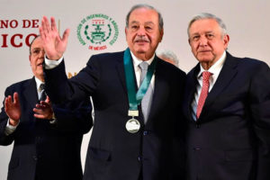 Carlos Slim receives the National Engineering Award from President López Obrador.