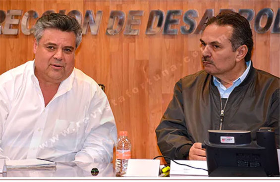Lozada, left, and Pemex CEO Octavio Romero.