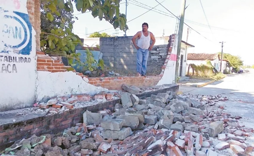 A wall collapsed in Oaxaca after a 5.3-magnitude tremor occurred Thursday in Ciudad Ixtepec.