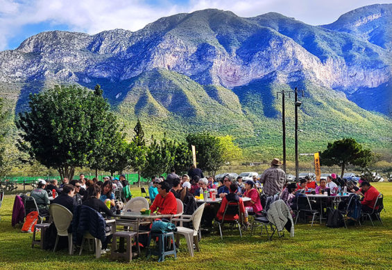 The Bakpak community enjoys an open-air breakfast of chilaquiles on an excursion into La Huasteca.