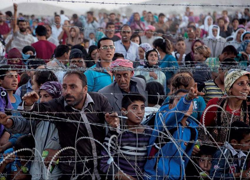 4—-Kurds-fleeing-Syria-at-Turkish-border-J-Stanmeyer-foto_stitch