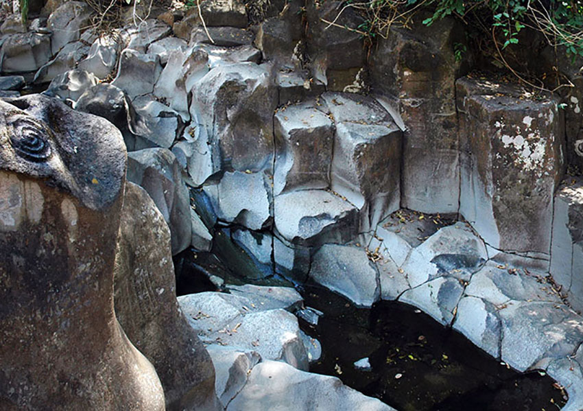 Basalt columns at the Pila del Rey.