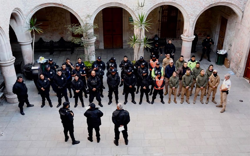 Federal and state police prepare to take over in San Juan de los Lagos.