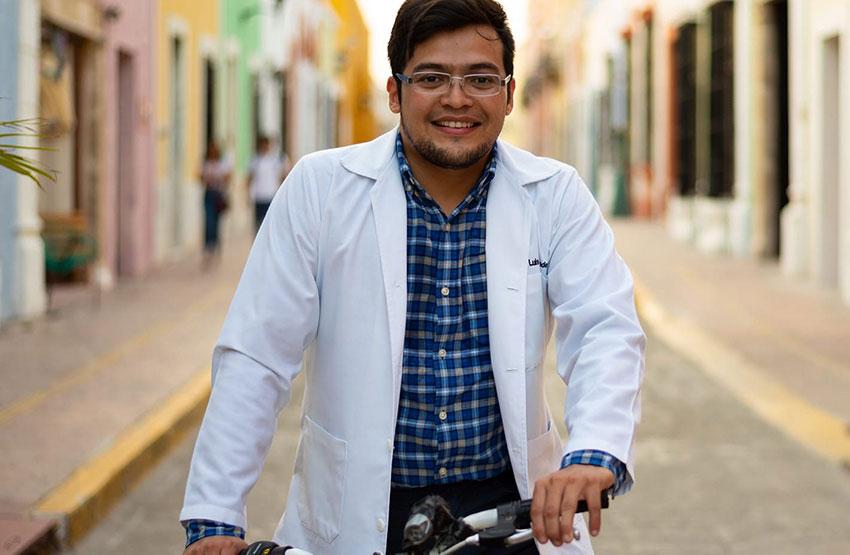 Luis Fernando Hernández: The 'doctor en bici.'