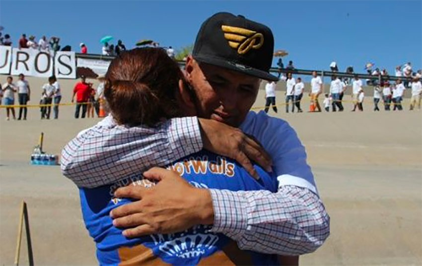This is a 'fuerte abrazo,' a big hug.
