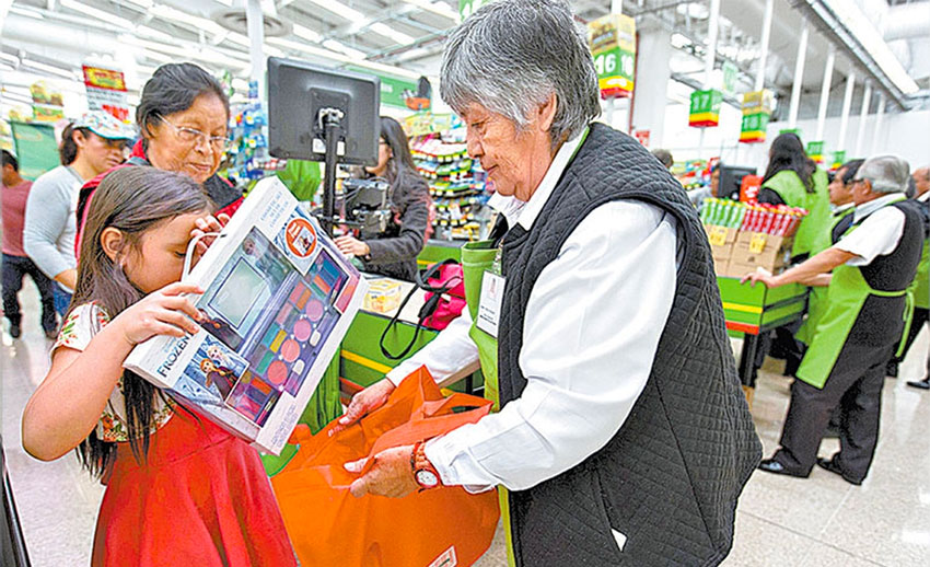 A senior bags groceries at a Mexico City supermarket.