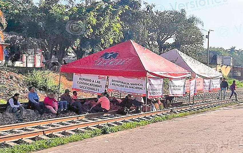 Teachers stop the trains in Veracruz.