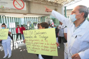 Hospital personnel protest in México state.