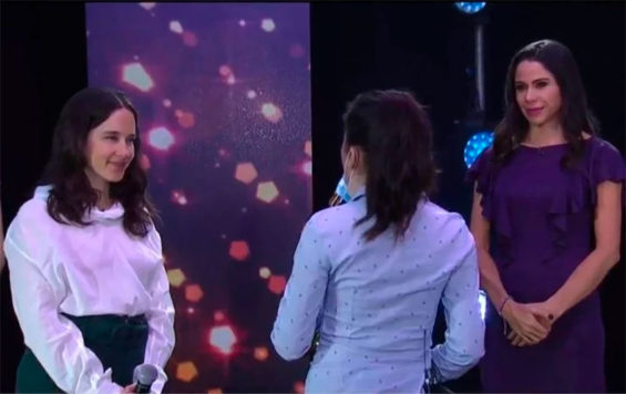 Sax player Ríos, back to the camera, performs with singer Ximena Sariñana on the Televisa show hosted by Paola Rojas, right.