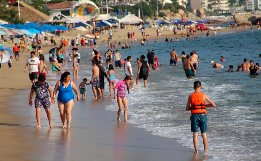 Covid-19 threat failed to keep people away from the beach in Veracruz on the weekend.