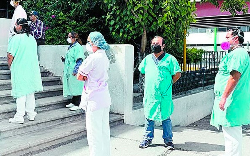 Staff at the IMSS hospital in Monclova stage a protest on Wednesday.