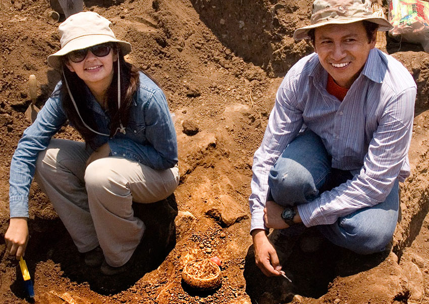 Archaeologists Cyntia Ramírez and Rodrigo Esparza unearthing pots and bones.