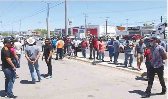 A lineup for beer in Sonora.