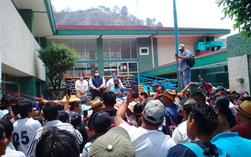 Virus deniers outside a Chiapas hospital on Monday.