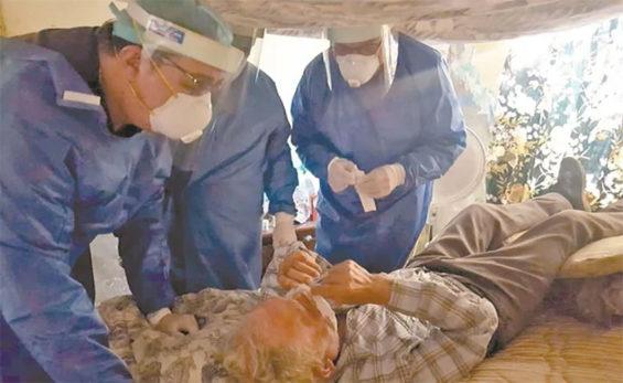 Volunteer doctors treat a patient in Tamaulipas.