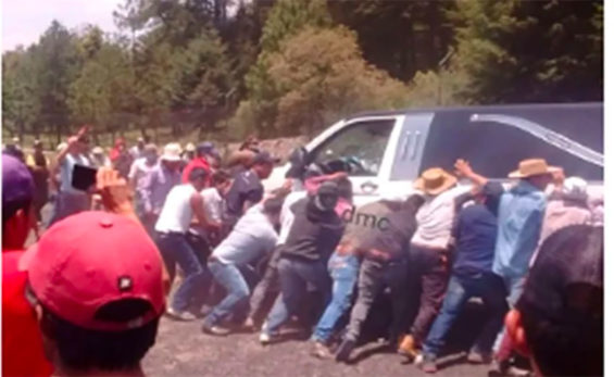 The angry mob and the hearse believed to be carrying kidnappers.