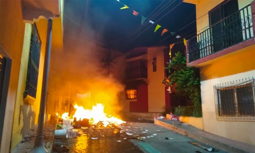 A mob went on the ramapage Wednesday night in Venustiano Carrranza, burning houses and vehicles.
