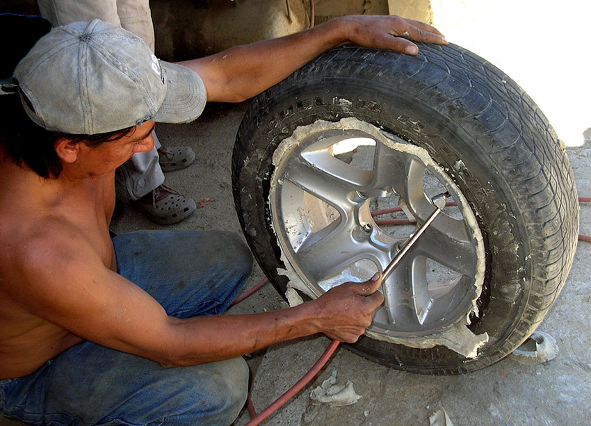 9——sm-Sealing-a-tire-the-Mexican-way