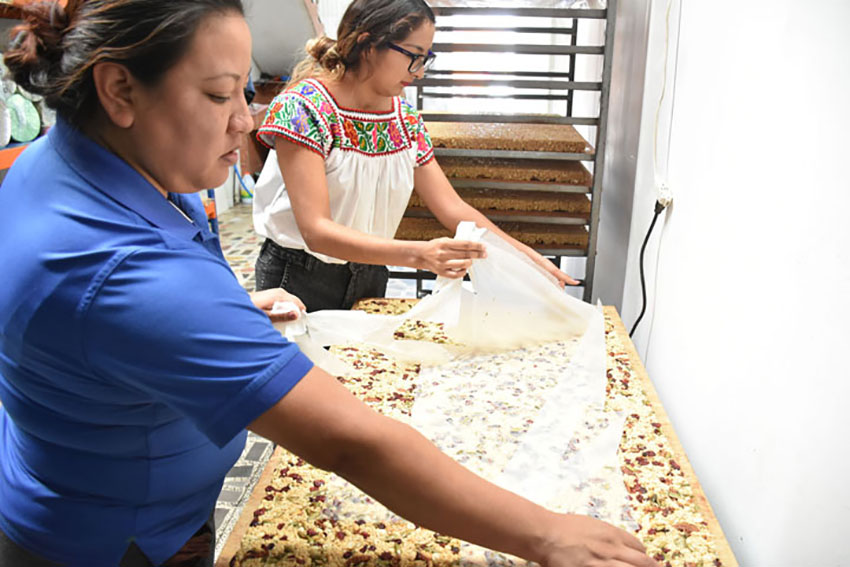Making alegría in Tulyehualco, a center for the cultivation of amaranth.