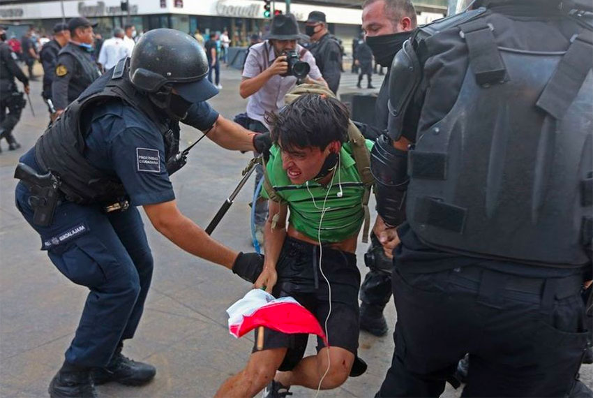 Police arrest Jesús Luna during the Guadalajara protest.