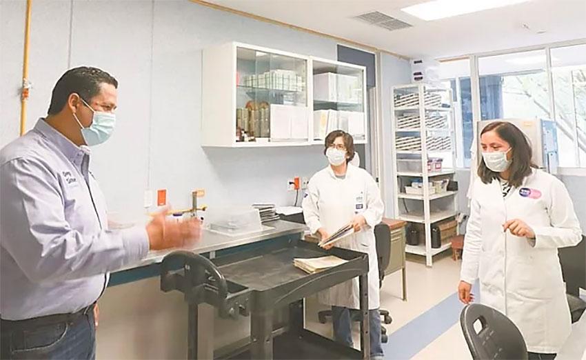 Guanajuato Governor Sinhue at the state's coronavirus testing laboratory.
