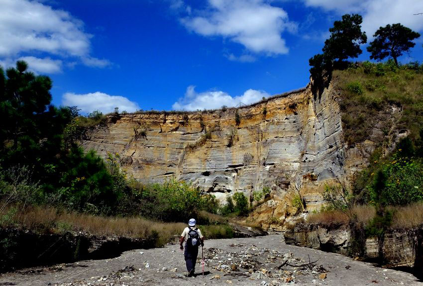 Una pared del cañón revela la capa profunda de piedra pómez y ceniza que se encuentra en muchas partes de Jalisco.