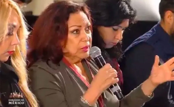 Journalist Arvide asks a question during a presidential press conference.
