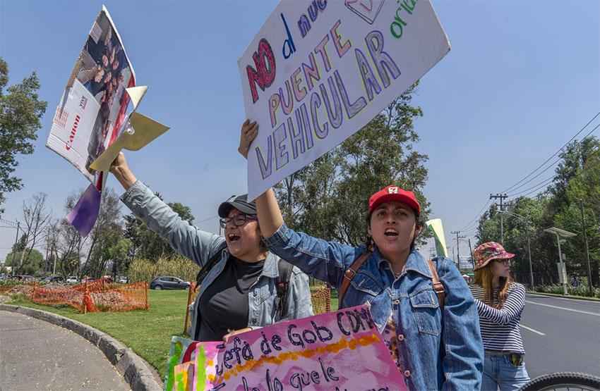 Bridge protesters on the Periférico.