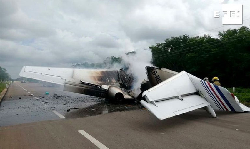 Plane believed to be carrying cocaine burns on a Quintana Roo highway.