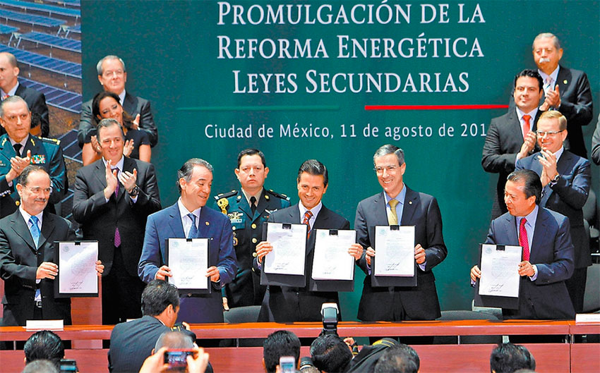Lawmakers applaud Peña Nieto, center, and the new energy reform.
