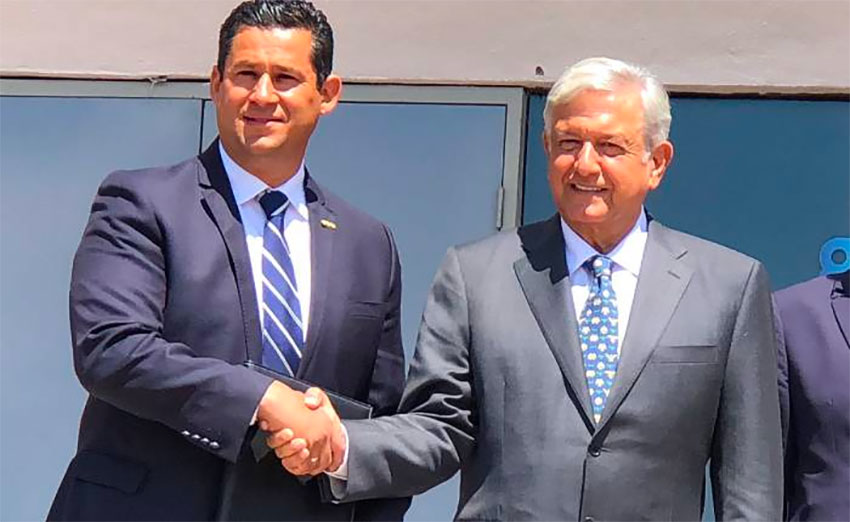 Guanajuato Governor Rodríguez and President López Obrador shake hands on a security collaboration.