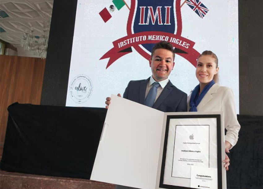 Luis and Lucy Medina receive award for continuous innovation in learning and teaching.