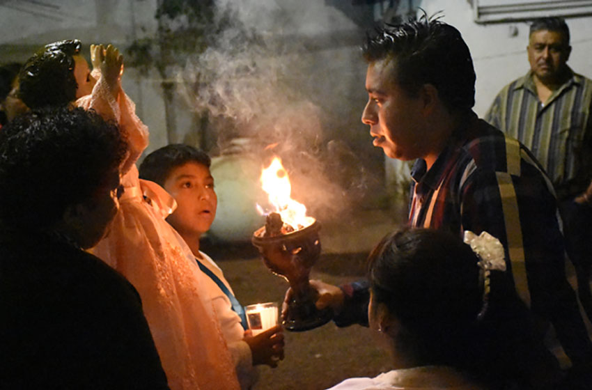 A cleansing ceremony that employs smoke from the copal is performed at the beginning of a velación.