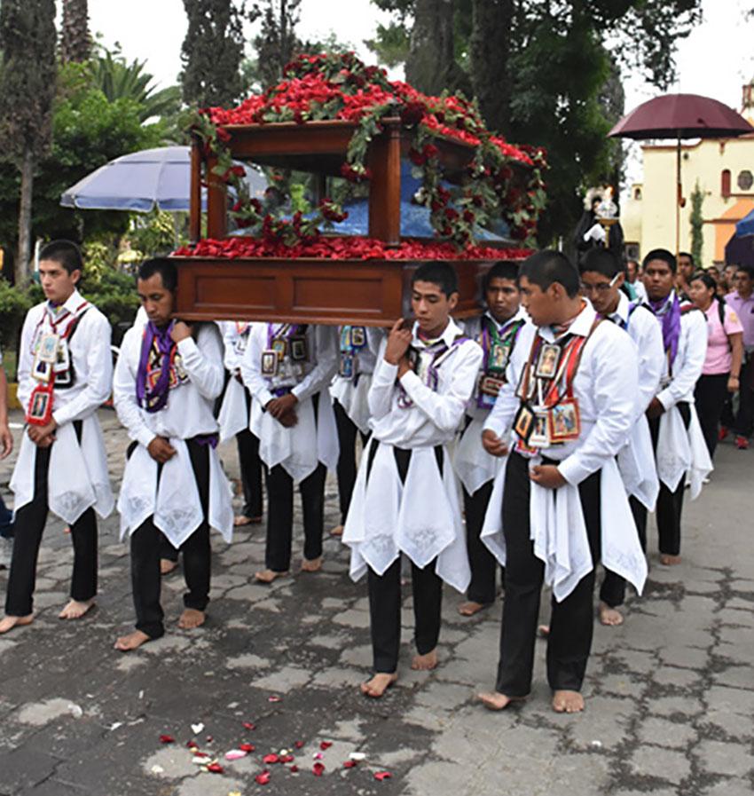 Integrantes de Los Varones en procesión de Viernes Santo.