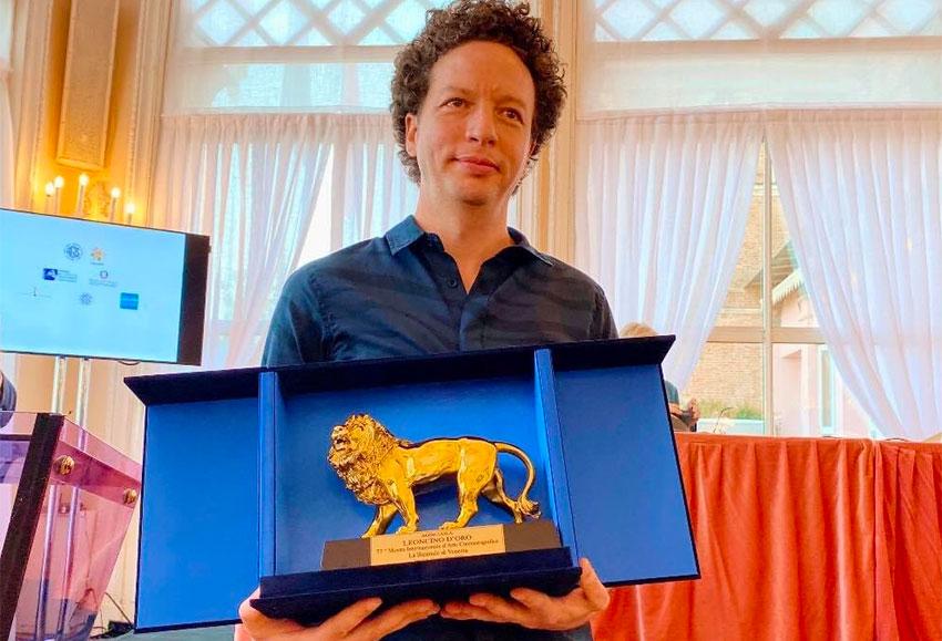 Filmmaker Franco with his award in Venice.