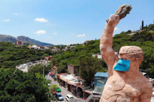 Guanajuato's giant statue of El Pípila has donned a face mask. Bearing the phrase 'Put it on!' the mask measures 2 1/2 meters wide by 1 1/2 meters high.