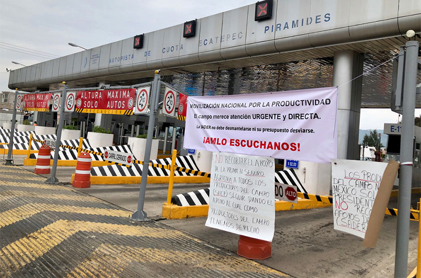Farmers took over this toll plaza in the state of México.