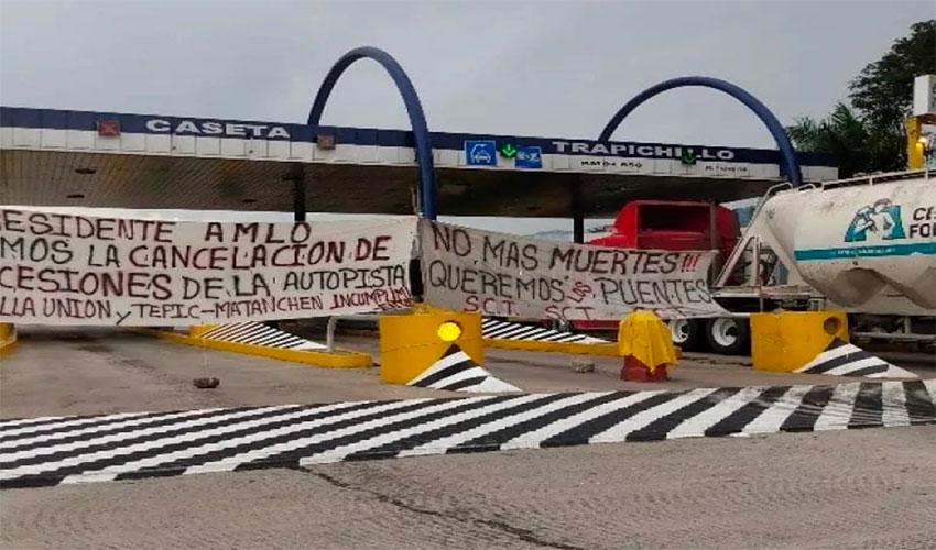 Protesters occupy toll booth at Trapichillo.